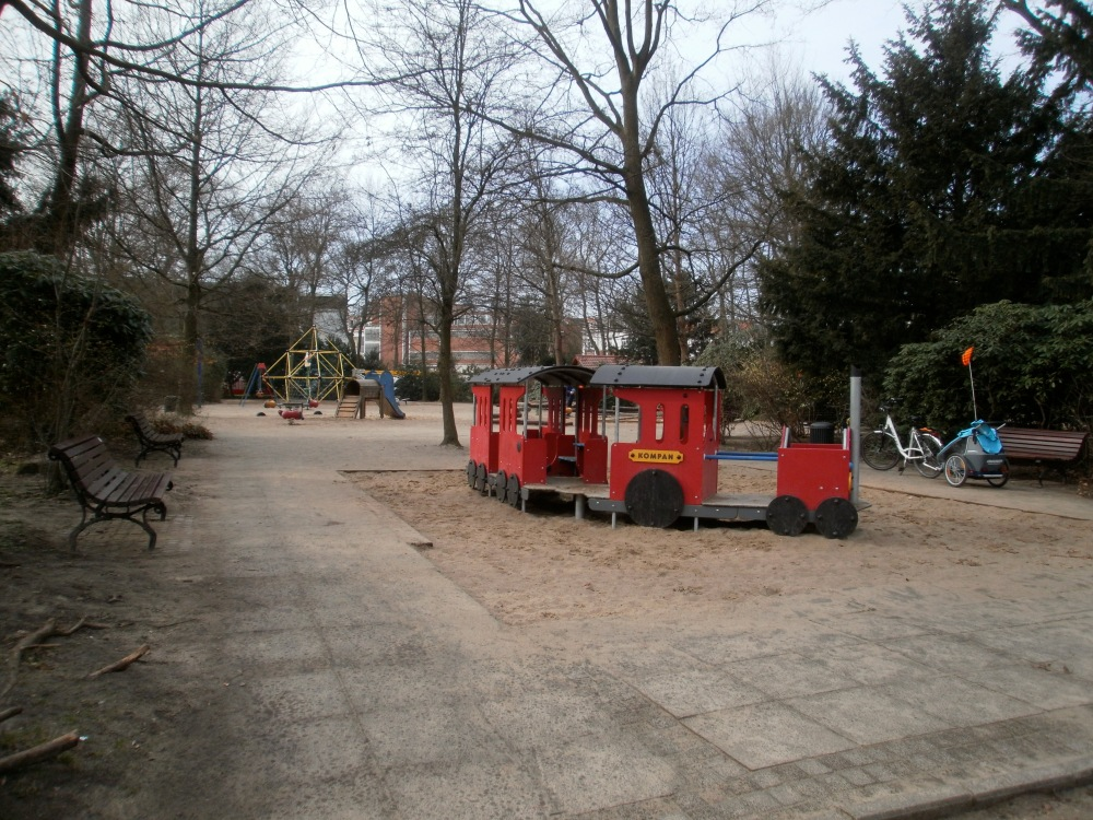 On the Superiority of German Playgrounds: A Photo-Essay with a Dubious Argument and One-sided Evidence (6/6)